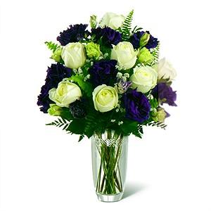 Morun beyaz ile dansı /Ürünler 1 adet şeffaf cam vazo 11 adet beyaz gül 11 adet mor lisyantus ve yeşillikler