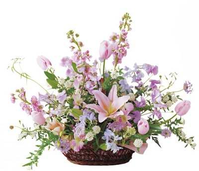 Sepet içerisine mevsim çiçeklerinden tanzim edilmiş aranjman