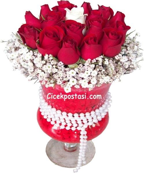 Kadehde 15 kırmızı 1 beyaz güllerle hazırlanmış butik tasarım