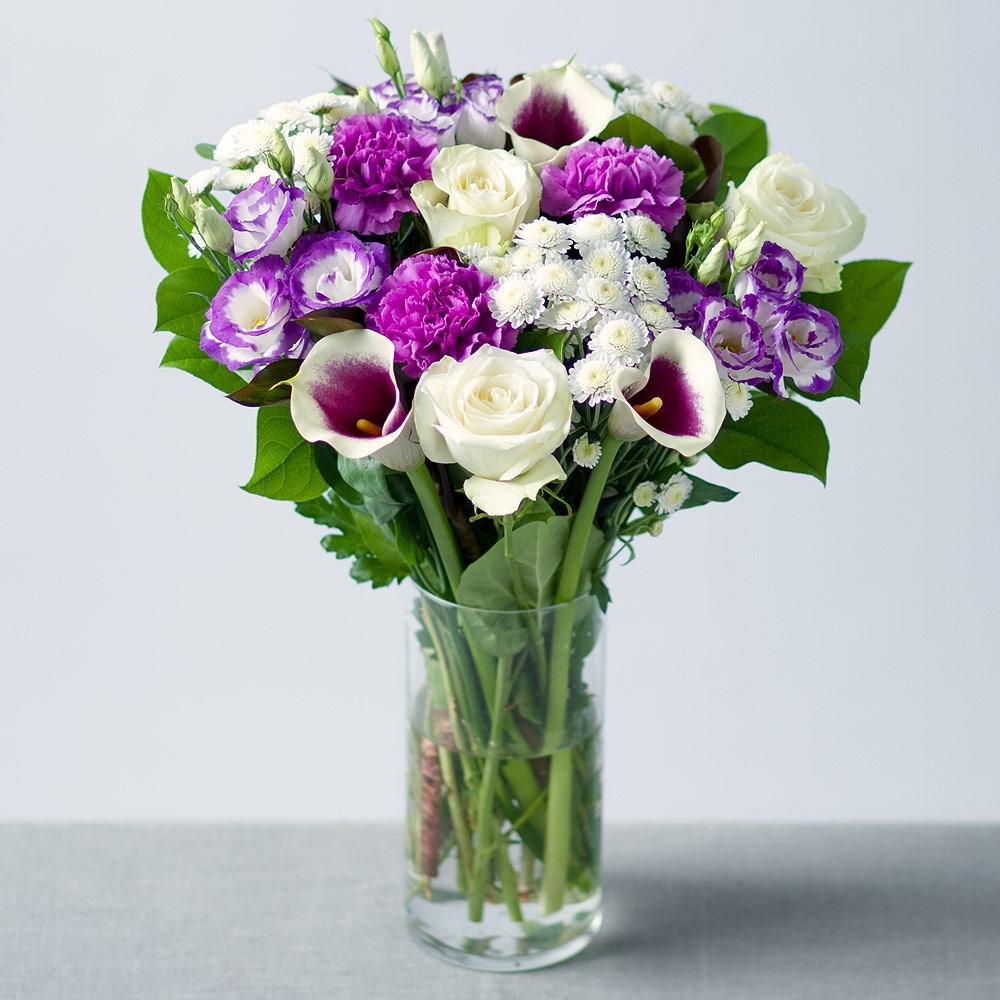 Cam vazoda mor tutku / Cam vazo içerisinde mor lisyantus beyaz gül ve mevsim çiçekleri ile hazırlanmış özel tasarım butik aranjman