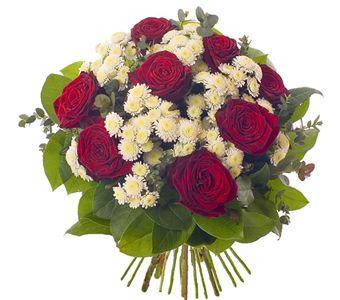 8 adet Kırmızı gül ve kırçiçeklerinden hazırlanmış buket