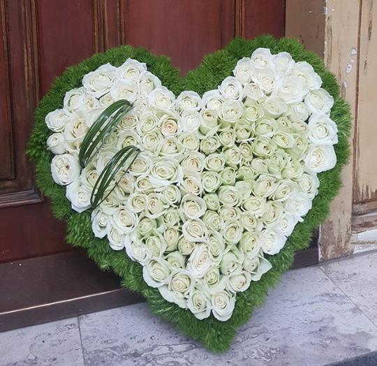 Kalbinizin tertemiz duygusu beyaz...! /101 adet beyaz gül ve ithal yeşillikler ile desteklenerek hazırlanmış kalp aranjman