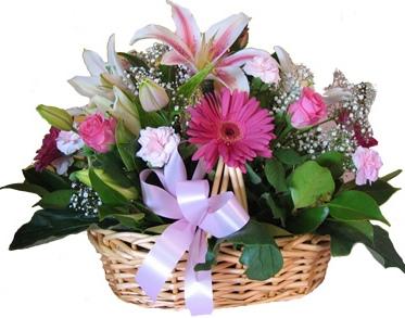 Mevsim çiçeklerinden hazırlanmış sepet aranjman