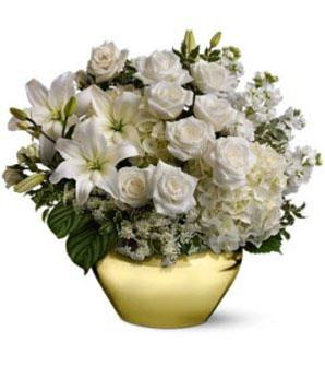 Beyaz çiçeklerden hazırlanmış Yılbaşı özel aranjman