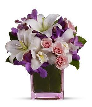 Beyaz lilyumlar pembe güllerden hazırlanmış kare vazo aranjman