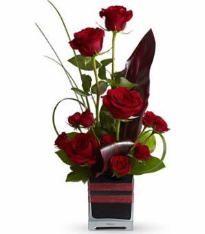 11 adet kırmızı güllerden hazırlanmış özel tasarım