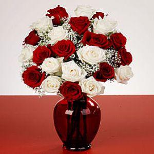 21 adet kırmızı ve beyaz güllerden  hazırlanmış cam vazo aranjman