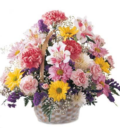 Sepet içerisine hazırlanmış mevsim çiçeklerinden aranjman