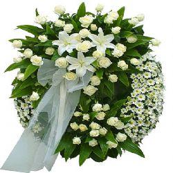 mevsim çiçeklerden hazırlanmış cenaze çelengi çelenk