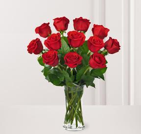 12 adet kırmızı güllerden hazırlanmış cam vazo aranjman