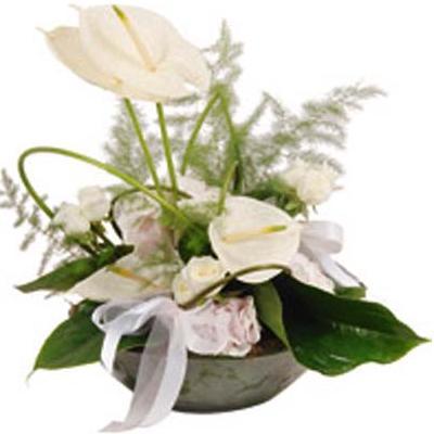 Beyaz antoriumlarla dekore edilmiş özel tasarım