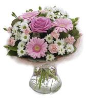 Pembe mevsim çiçeklerinden hazırlanmış arnjman