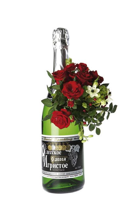 Güller ve mevsim çiçeklerinden hazırlanmış şaraplı arajman