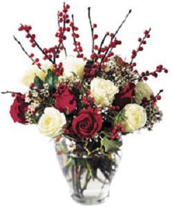 Kırmızı ve beyaz güllerle hazırlanmış cam vazo aranjman