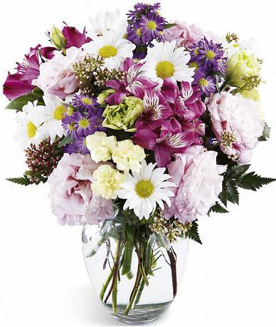 Mevsim çiçeklerinden hazırlanmış cam vazo aranjman