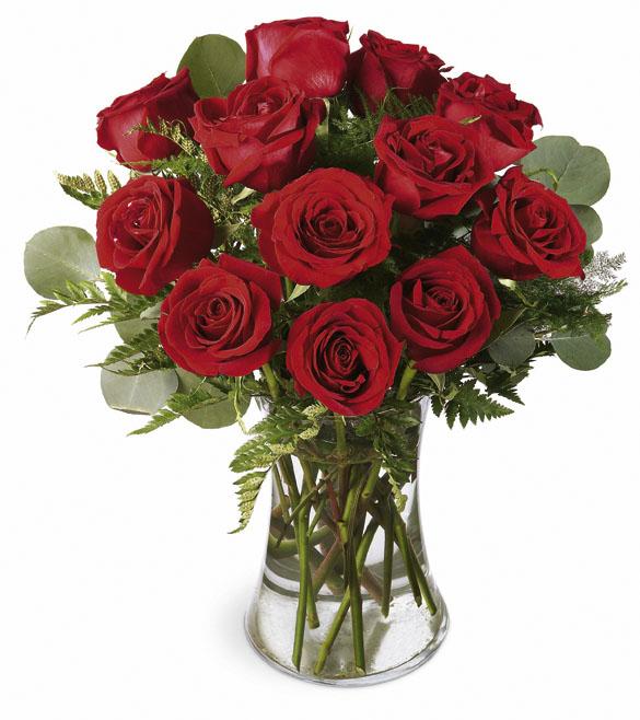 15 adet kırmızı güllerden hazırlanmış cam vazo aranjman