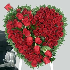 61 adet kırmızı güllerden hazırlanmış kalp aranjman