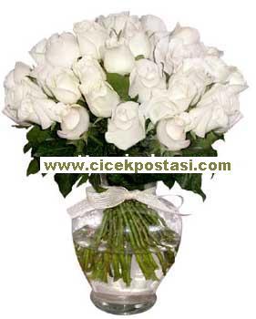 19 adet beyaz güllerden hazırlanmış cam vazo aranjman