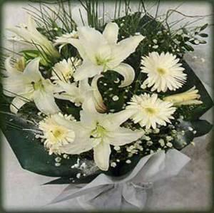 Beyaz lilyum ve mevsim çiçeklerinden hazırlanmış buket