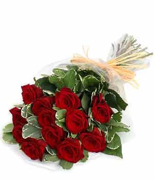 12 adet kırmızı güllerden hazırlanmış gül buketi