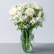 Frezya ve beyaz gülün dansı /Testi vazoda beyaz gül ve beyaz frezyalardan hazırlanmış cam vazo aranjman