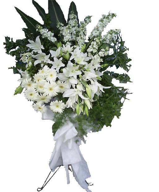 Beyaz mevsim çiçeklerinden hazırlanmış ayaklı ferforje