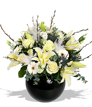Siyah vazoda beyaz duygu / ürünler : 1 adet siyah vazo 3 dal beyaz kokulu lilyum 5 adet bayaz gül 5 adet beyaz jerbera ve aksesuarlar