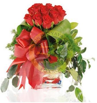 Kırmızı güllerden hazırlanmış cam vazo aranjman