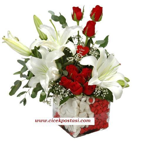 Beyaz lilyumlar ve kırmızı güllerden hazırlanmış aranjman
