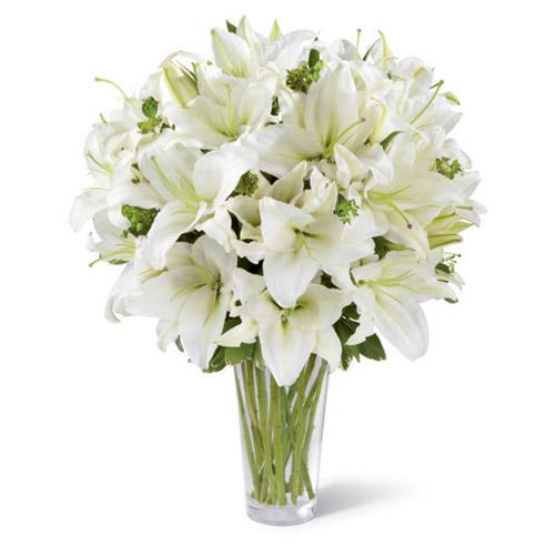 Cam vazo içerisine beyaz lilyumlardan hazırlanmış aranjman