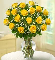 21 adet sarı güllerden hazırlanmış cam vazo aranjman