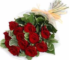 11 adet kırmızı güllerden hazırlanmış buket
