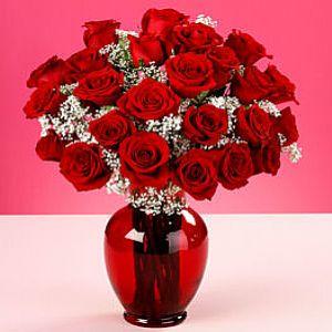 18 adet kırmızı güllerden hazırlanmış cam vazo aranjman