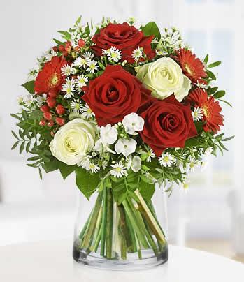 Silindir cam vazoda güller ve mevsim çiçeklerinin farklı sunumu