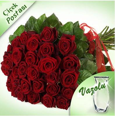 25 adet özel seçilmiş uzun boylu kırmızı güllerle hazırlanmış cam vazo aranjman