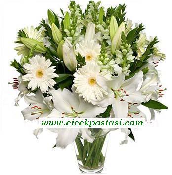 Beyaz mevsim çiçeklerinden hazırlanmış özel tasarım aranjman
