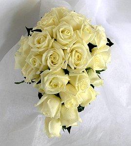 25 adet özel seçilmiş beyaz güller ile sarkık el buketi