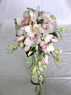 Pembe güller ve orkideler ile hazırlanmış sarkık buket