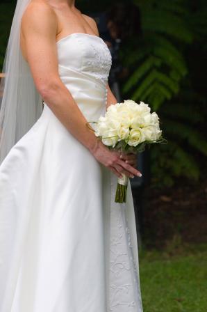 25 adet beyaz güller ile hazırlanmış yuvarlak buket