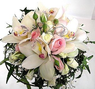 Beyaz ve pembe güller orkideler ile yuvarlak el buketi